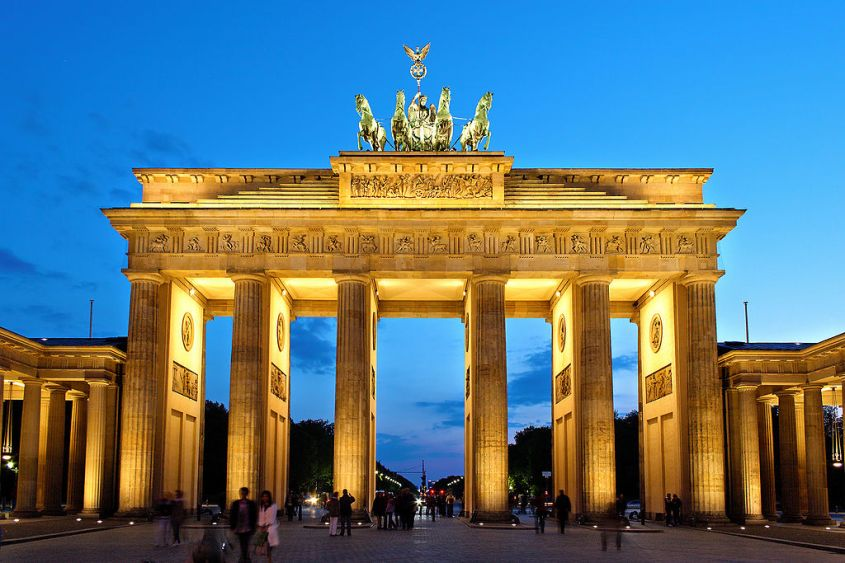 1024px-Brandenburger_Tor_abends.jpg